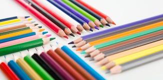 Kleurpotloden die in rijen liggen royalty-vrije stock afbeelding