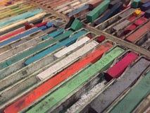 Kleurpotloden in dienblad royalty-vrije stock afbeeldingen