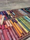 Kleurpotloden in dienblad royalty-vrije stock foto