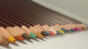 Kleurpotloden in diverse kleuren in een lijn stock foto's