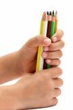 Kleurpotloden in een children& x27; s handen, isolatie Royalty-vrije Stock Foto