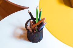 Kleurpotloden in een kom Kleurenpotloden voor de tekening, in een steun als vaas wordt gevestigd die Multicolored pennen Royalty-vrije Stock Afbeeldingen