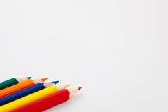 Kleurpotloden in een Rij Stock Afbeeldingen