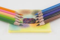 Kleurpotloden en gekleurd document Royalty-vrije Stock Afbeelding