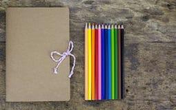 Kleurpotloden en notitieboekjes stock afbeeldingen