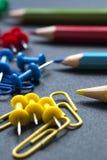 Kleurpotloden en paperclippen Royalty-vrije Stock Afbeelding