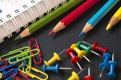 Kleurpotloden en paperclippen Stock Afbeelding