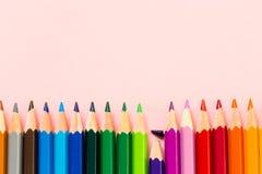 Kleurpotloden in gelijke lager gebroken orde één stock foto