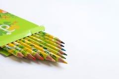 Kleurpotloden in groene doos Stock Foto's