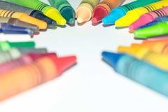 Kleurpotloden klaar voor creatief gebruik Kleurpotloden op een witte die achtergrond op een cirkel wordt geschikt royalty-vrije stock foto