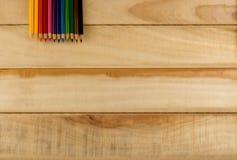 Kleurpotloden, Kleurenpotlood op houten vloer royalty-vrije stock afbeelding