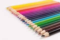 Kleurpotloden in lijn op witte achtergrond Stock Foto