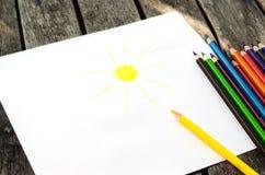 Kleurpotloden met geschilderde zon stock fotografie