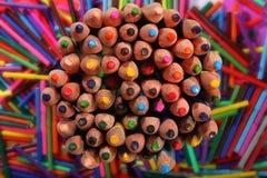 Kleurpotloden op achtergrond van heldere tellers Selectieve nadruk Royalty-vrije Stock Fotografie