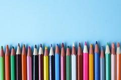Kleurpotloden op blauwe achtergrond, exemplaarruimte Terug naar het Concept van de School Vlak leg, hoogste mening royalty-vrije stock afbeeldingen