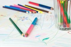 Kleurpotloden op de tekening van een kind Stock Fotografie