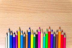 Kleurpotloden op een houten raad Royalty-vrije Stock Afbeelding
