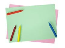 Kleurpotloden op gekleurde documenten Stock Afbeeldingen