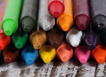 Kleurpotloden op houten achtergrond Stock Foto's