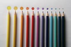 Kleurpotloden op rond gemaakte schijf als gekleurde punten, Royalty-vrije Stock Foto's