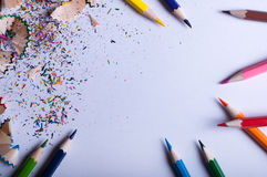Kleurpotloden op Witboek Stock Foto's