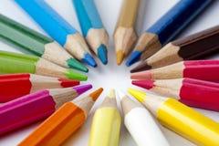 Kleurpotloden op witte achtergrond Stock Afbeeldingen