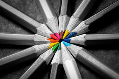 Kleurpotloden op zwarte stock afbeelding