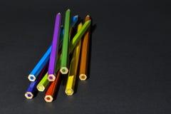 Kleurpotloden op zwarte achtergrond Royalty-vrije Stock Afbeeldingen