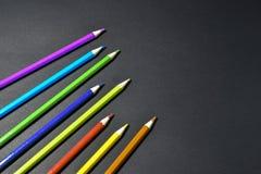 Kleurpotloden op zwarte achtergrond Stock Afbeeldingen