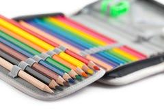 Kleurpotloden in potlooddoos Stock Afbeeldingen