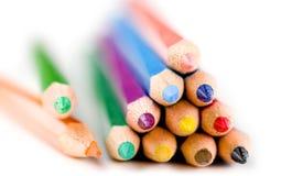 Kleurpotloden tegen witte achtergrond worden geïsoleerd die Stock Afbeelding