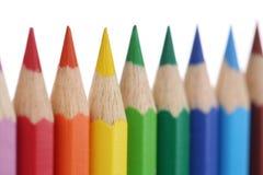 Kleurpotloden voor geïsoleerde kinderen op een rij, Stock Foto