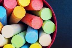 Kleurpotloden voor tekening in een emmer hoogste mening Stock Afbeeldingen