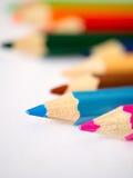 Kleurpotlood op grijs kunstdocument dat wordt geïsoleerd Stock Foto