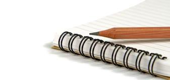 Kleurpotlood op notitieboekje royalty-vrije stock afbeeldingen