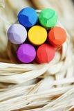 Kleurpotloodbloem op raffia Royalty-vrije Stock Afbeelding
