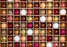 Kleurrijk Achtergrondnetpatroon van de Decoratiebal van de Glasvakantie Stock Afbeeldingen