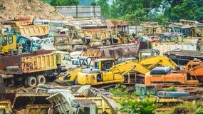 Kleurrijk autokerkhof van zware machines Stock Foto