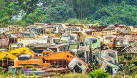 Kleurrijk autokerkhof van zware machines Stock Afbeeldingen