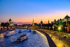 Kleurrijk avondlandschap op dijkrivier en Moskou het Kremlin royalty-vrije stock foto