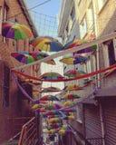 Kleurrijk beeld dat in één van de straten van Istanboel tijdens dag wordt genomen royalty-vrije stock afbeelding
