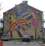 Kleurrijk beeld op de muur van het inbouwen van Kaunas, Litouwen Royalty-vrije Stock Afbeeldingen