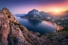 Kleurrijk berglandschap bij zonsondergang Mening van bergpe Stock Afbeeldingen