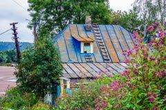 Kleurrijk blauw roestig dak van een landelijk huis in de voorsteden Stock Foto