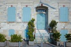 Kleurrijk blauw uitstekend deur en venster royalty-vrije stock afbeeldingen