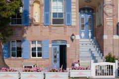 Kleurrijk blauw uitstekend deur en venster stock fotografie