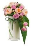 Kleurrijk bloemboeket van rozen en peon bloemen in vaasisol Stock Foto's