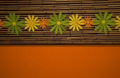 Kleurrijk bloemen en bamboe met sinaasappel Royalty-vrije Stock Afbeeldingen