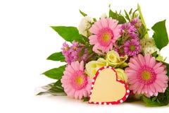 Kleurrijk bloemenboeket en hart gevormde kaart Royalty-vrije Stock Foto's