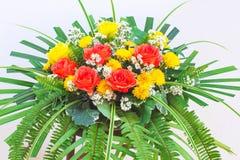 Kleurrijk bloemenboeket op muurachtergrond stock fotografie